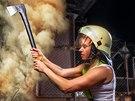 Červenec. V zásahu hasičky využívají i sekeru.