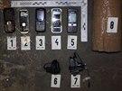 Mobilní telefony zajištěné při zásahu ve věznici Vinařice