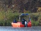 Policisté prohledávají prostor u Vltavy poblíž Barrandovského mostu, kde našli...