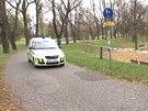 Vůz městské policie hlídkuje v Letenských sadech kolem prostoru louky, kam se