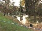Voda z prasklého potrubí vytvořila z louky v Letenských sadech rybník