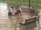 Hasiči odčerpávají vodu ze zatopené louky v Letenských sadech
