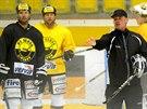 Radim Rulík vede první trénink v Litvínově. Vzadu přihlíží klubové legendy...