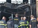 Vyšetřovatelé prohlížejí trolejbusy zničené při nedělním požáru v Opavě.