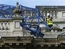 Na budovu úřadu vlády v centru Londýna se zřítilo rameno jeřábu. Ulice...