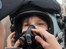 Děti si zkoušejí pilotní helmu. Armáda ukazuje na Hradčanském náměstí, jak se...