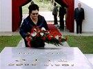 Jovanka Brozov� pokl�d� v�nec u hrobu Josifa Broze Tita v B�lehrad� (4. kv�tna
