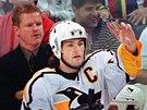 1998. Kapit�n Pittsburghu Penguins Jarom�r J�gr diriguje hru sv�ch spoluhr���...