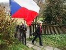 Lidé přicházejí do volební místnosti v Radčicích na Liberecku. (25. října 2013)