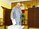 Karel Schwarzenberg (TOP 09) vhodil hlasovací lístek do volební urny ve