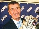 Andrej Babiš a šéf cirkusu Jaromír Joo slaví s tygřím mládětem volební úspěch