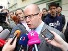 Bohuslav Sobotka odpovídá an dotazy novinářů při příchodu do Poslanecké