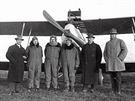 Aero A.14, prostřední člověk v letecké kombinéze, s šálou kolem krku, by měl...