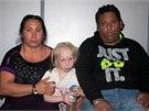 Nalezená dívka jménem Maria na fotografii se svými domnělými rodiči.