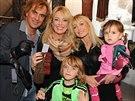 Lucie Benešová s matkou, manželem a dětmi