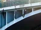 Figuríny oběšenců jako symboly obětí komunismu na Tyršově mostě v centru Hradce