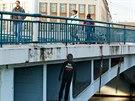Figuríny oběšenců jako symboly obětí komunismu na Tyršově mostě v centru Hradce...