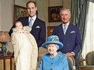 Fotografii kr�lovny se t�emi n�sledn�ky tr�nu po��dil britsk� fotograf Jason Bell v salonku Clarence House kr�tce po slavnostn�ch k�tin�ch prince George.