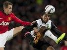 Adnan Januzaj (vlevo) z Manchesteru United bojuje o m�� s Leroyem Ferem z...