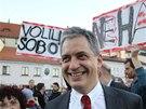 Senátor Jiří Dienstbier na demonstraci na podporu Bohuslava Sobotky (28. října