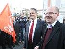 Senátor Jiří Dienstbier a šéf ČSSD Bohuslav Sobotka na demonstraci příznivců
