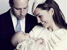 Britský princ William, jeho manželka Kate a syn George na oficiálním portrétu...