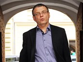 Lubomír Zaorálek přichází na jednání předsednictva ČSSD do Lidového domu. (27. řijna 2013)