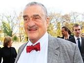 Karel Schwarzenberg přichází do volebního štábu TOP 09. (26. října 2013)