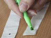 Vyber si fix a asi 2 centimetry od kraje proužku udělej tečku. Tužkou si na...