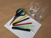 Co potřebuješ? Papírové kapesníky, nůžky, fixy, vysoké skleničky nebo kelímky...