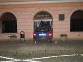 Podnapilý řidič dvakrát naboural do budovy úřadu v Jaroměři.