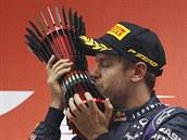 Sebastian Vettel ze stáje Red Bull s trofejí pro vít�ze Velké ceny Indie.