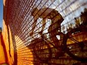 ZA PLOTEM. Momentka z druhého závodu Sv�tového poháru cyklokrosa�� v Tábo�e
