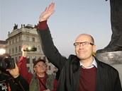 Bohuslav Sobotka zdraví příznivce na demonstraci na jeho podporu na Hradčanském