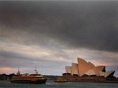 Kouř z lesních požárů je viditelný i v centru Sydney, hlavního města Nového...
