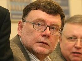 Výraz lídra ODS Zbyňka Stanjury při pohledu na volební výsledky je více než