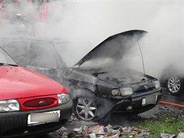 Na parkovišti v Labské kotlině v Hradci Králové hořela čtyři auta (29.10.2013).