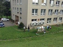 Ventilátory umístěné na fadádě bytového domu navíc suší prádlo.