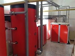 V domě jsou umístěna tepelná čerpadla s akumulační nádobou a bojlery na teplou...