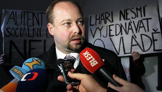 Jeroným Tejc přichází na jednání vedení ČSSD, které se má zabývat, kdo bude za