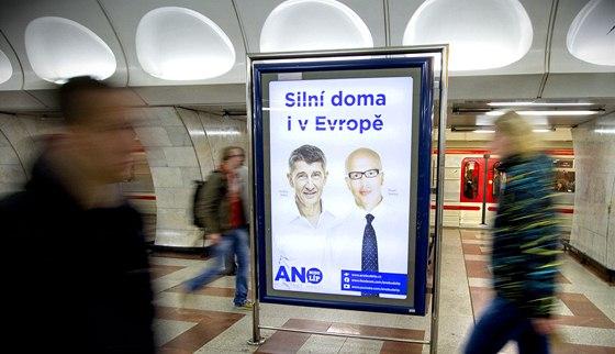 Andrej Babi� a Pavel Teli�ka z hnut� ANO na citylightu v pra�sk�m metru. (30.