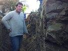 Právě v místech, kde stojí archeolog Martin Volf, možná byla ztracená tvrz....