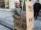 Před sídlem ČSSD čekalo na členy vedení strany několik odpůrců postupu Michala...