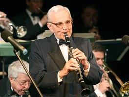 Klarinetista a dirigent Ferdinand Havl�k na oslav� sv�ch narozenin v Divadle