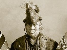 Náčelník kmene Haidů v tradičním oděvu (snímek z knihy Indiáni - Praobyvatelé