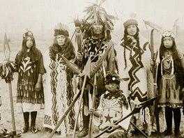 Svátečně oblečení Indiáni (snímek z knihy Indiáni - Praobyvatelé Severní