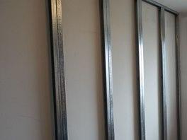Zdvojené CW profily o šířce 50 mm se nesmí montovat přímo na zeď, je nutný
