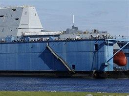 První americký neviditelný torpédoborec Zumwalt v suchém doku (28. října 2013)