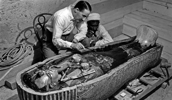 Archeolog Howard Carter prohl�� sarkof�g egyptsk�ho faraona Tutanchamona (1923)
