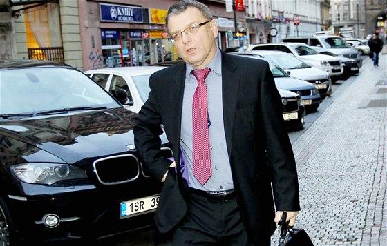 Lubomír Zaorálek přichází na grémium ČSSD v Praze. (8. listopadu 2013)